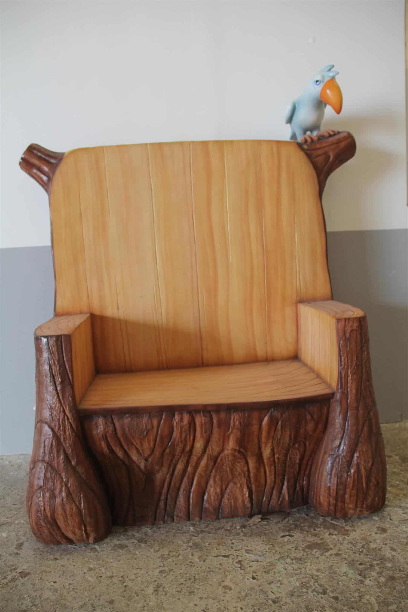 כיסא דמוי עץ עם ציפור
