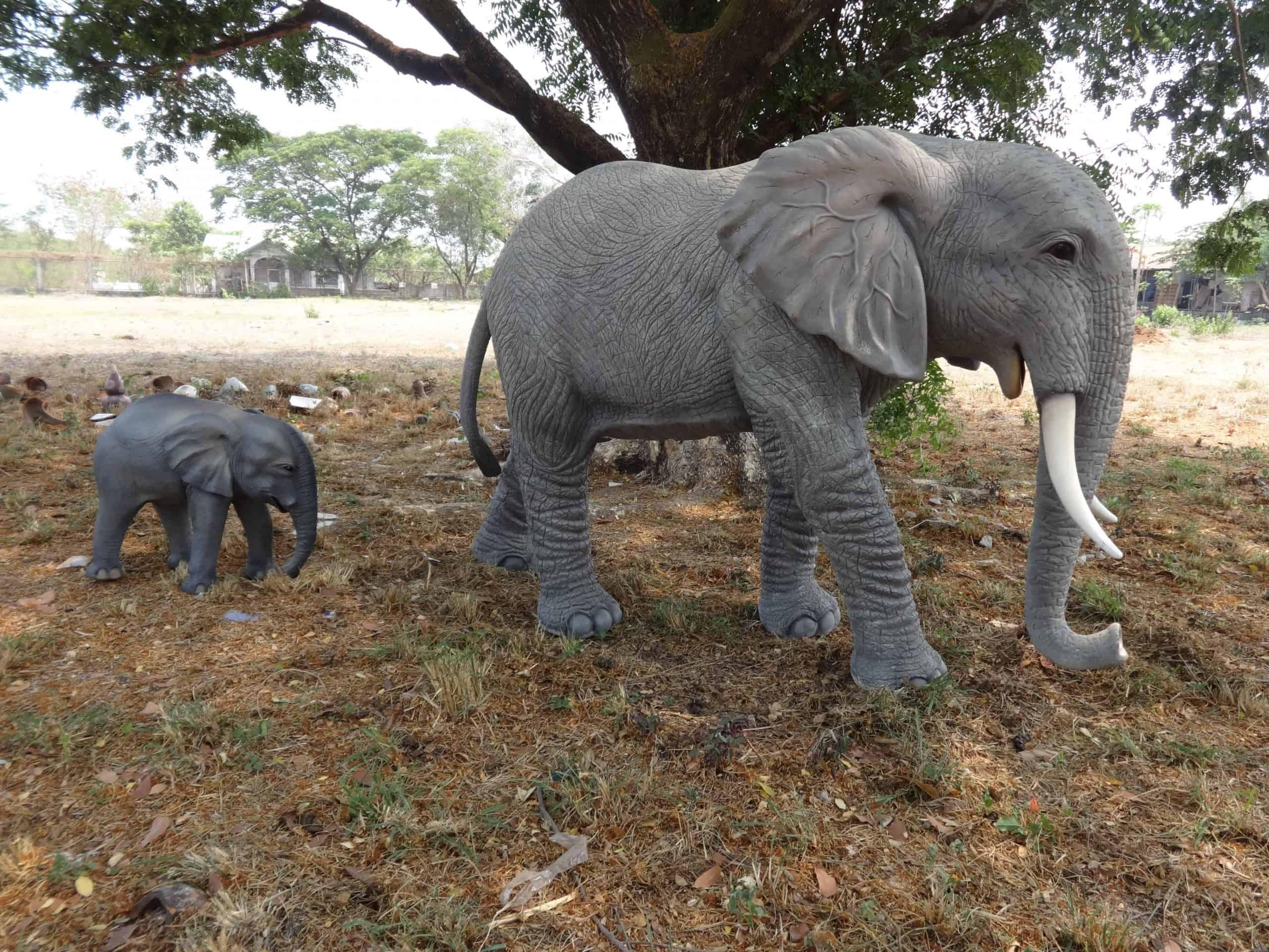 פסל של פיל חדק למטה