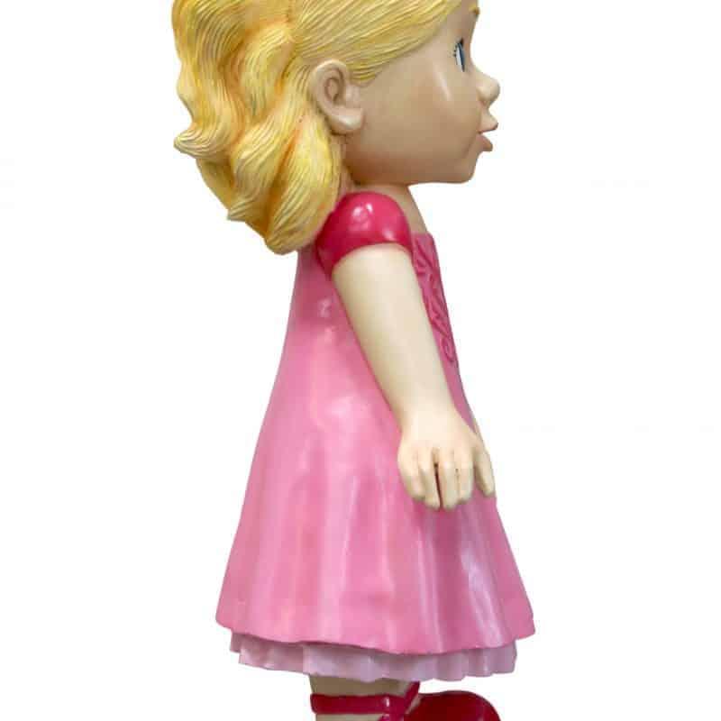 פסל של בובה ילדה