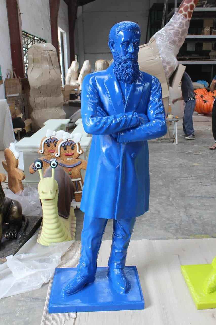 פסל של בנימין זאב הרצל כחול