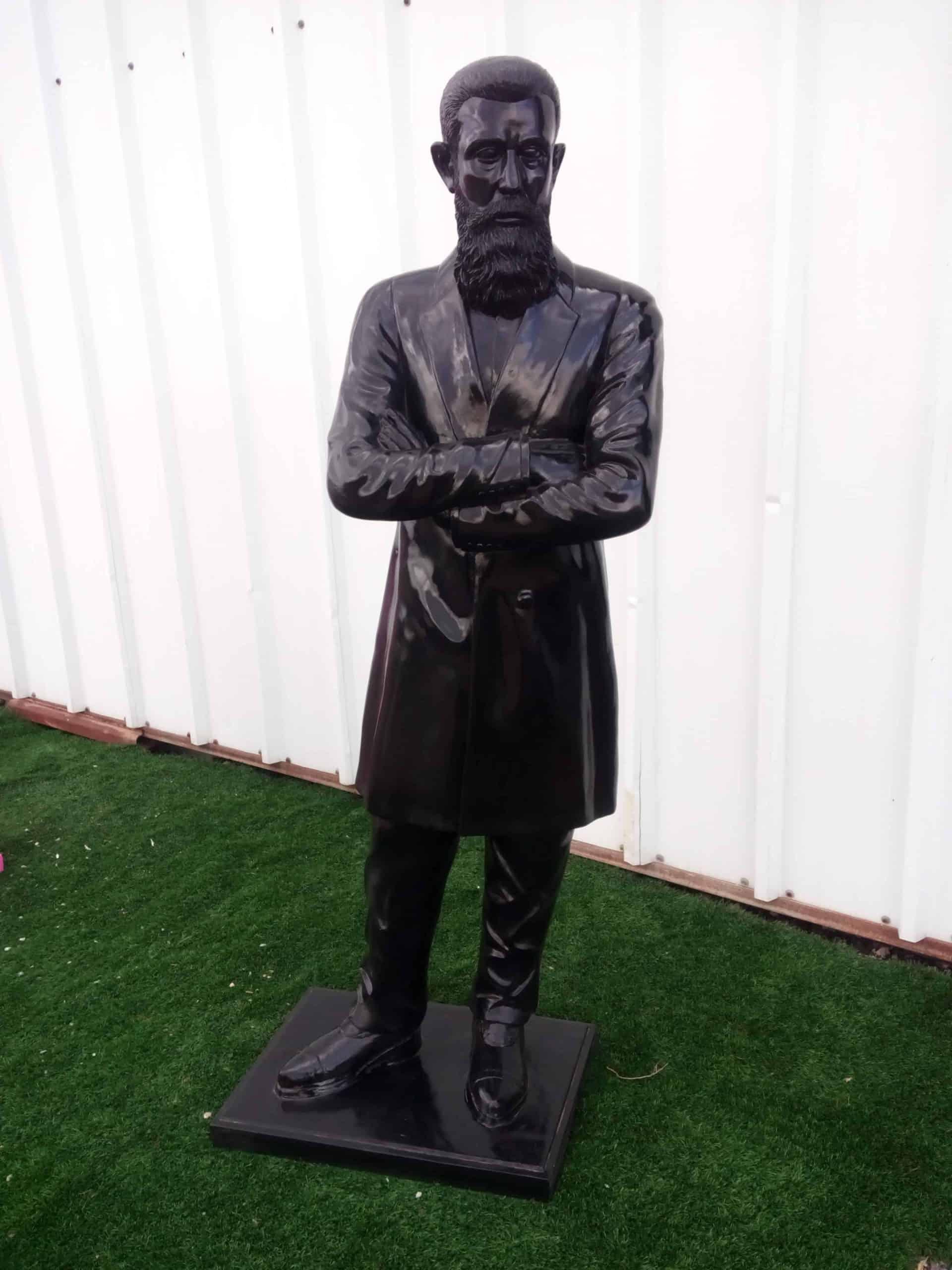 פסל של בנימין זאב הרצל שחור