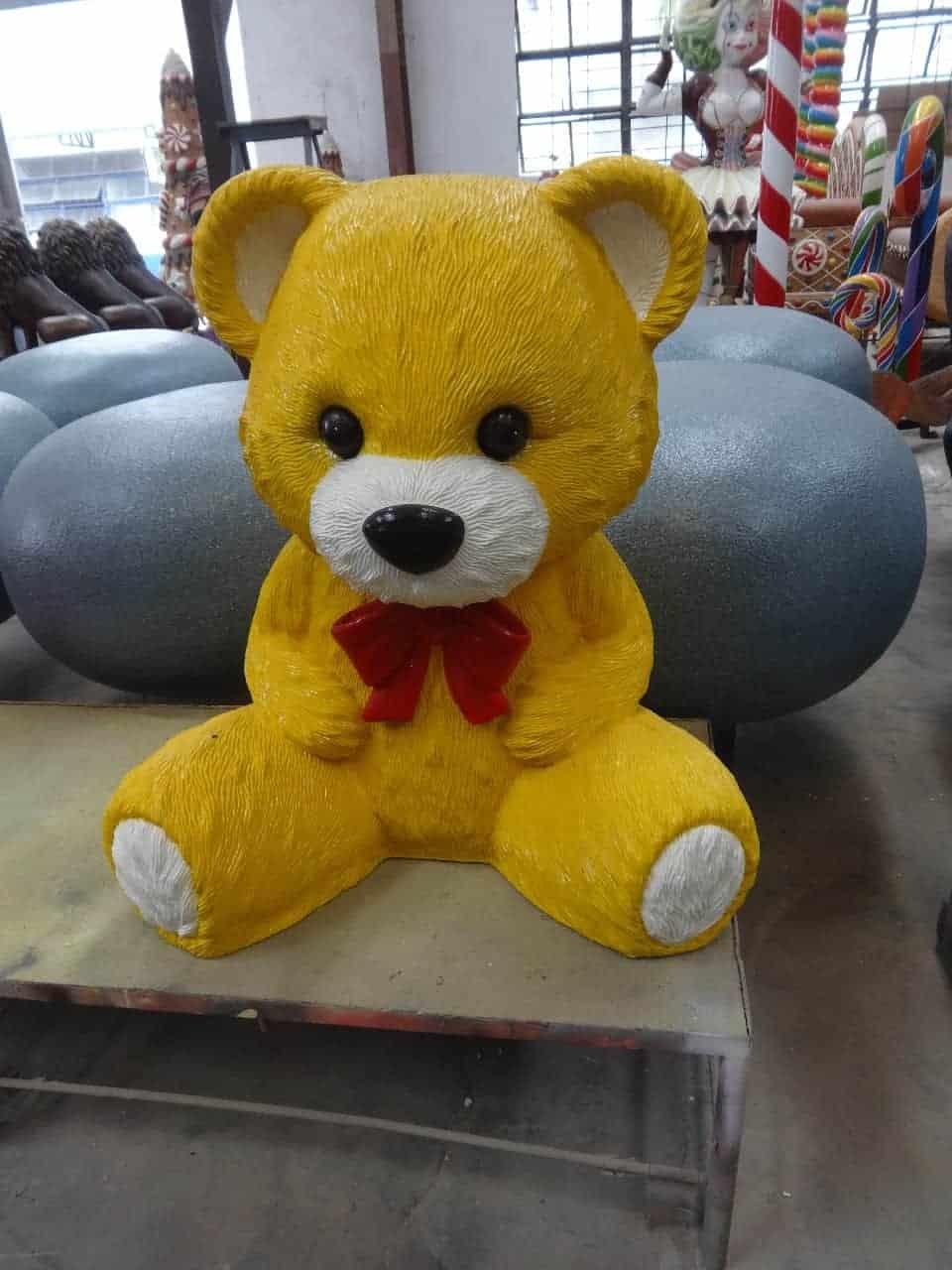 פסל של דובי צהוב