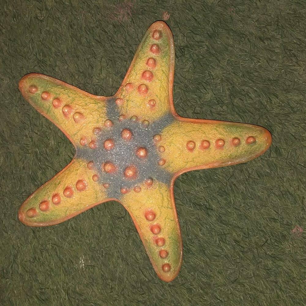 פסל של כוכב ים צהוב קטן