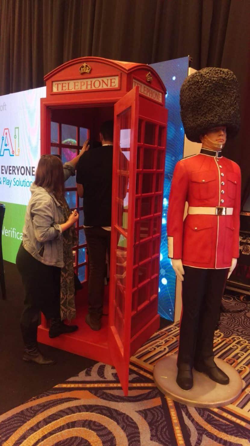 שומר מלכה ליד התא טלפון