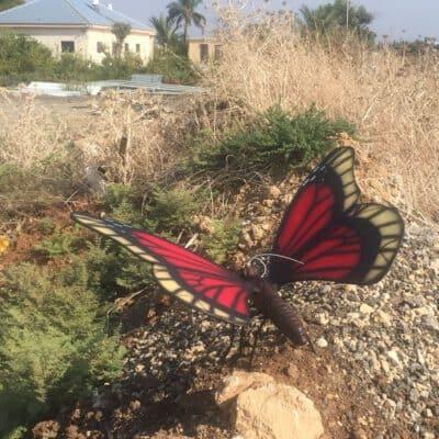 פסל של פרפר אדום
